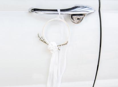 Automašīnas dekorāciju komplekts ar riņķiem, balts