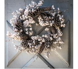 Ziemassvētku vainags ar priežu čiekuriem un baltām ogām (55 cm)