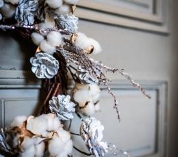 Ziemassvētku vainags ar priežu čiekuriem un baltām ogām (55 cm) 2