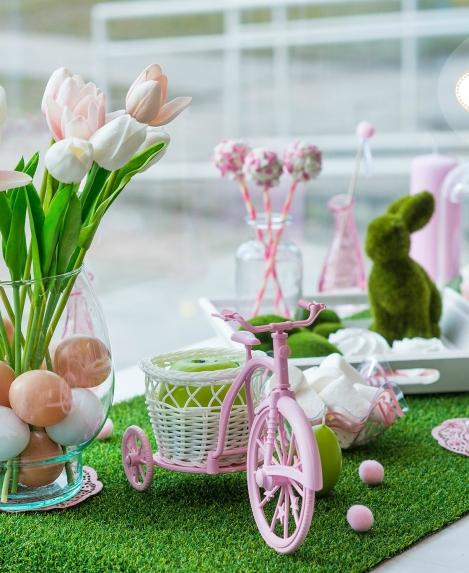 Lieldienu dekori – zāles zaļajā un maigi rozajā tonī